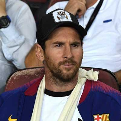 Messi con una gorra de Goorin Bros con un bulldog.