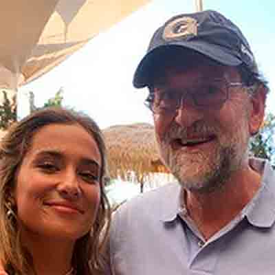 Rajoy con gorra visera curvada y amiguita